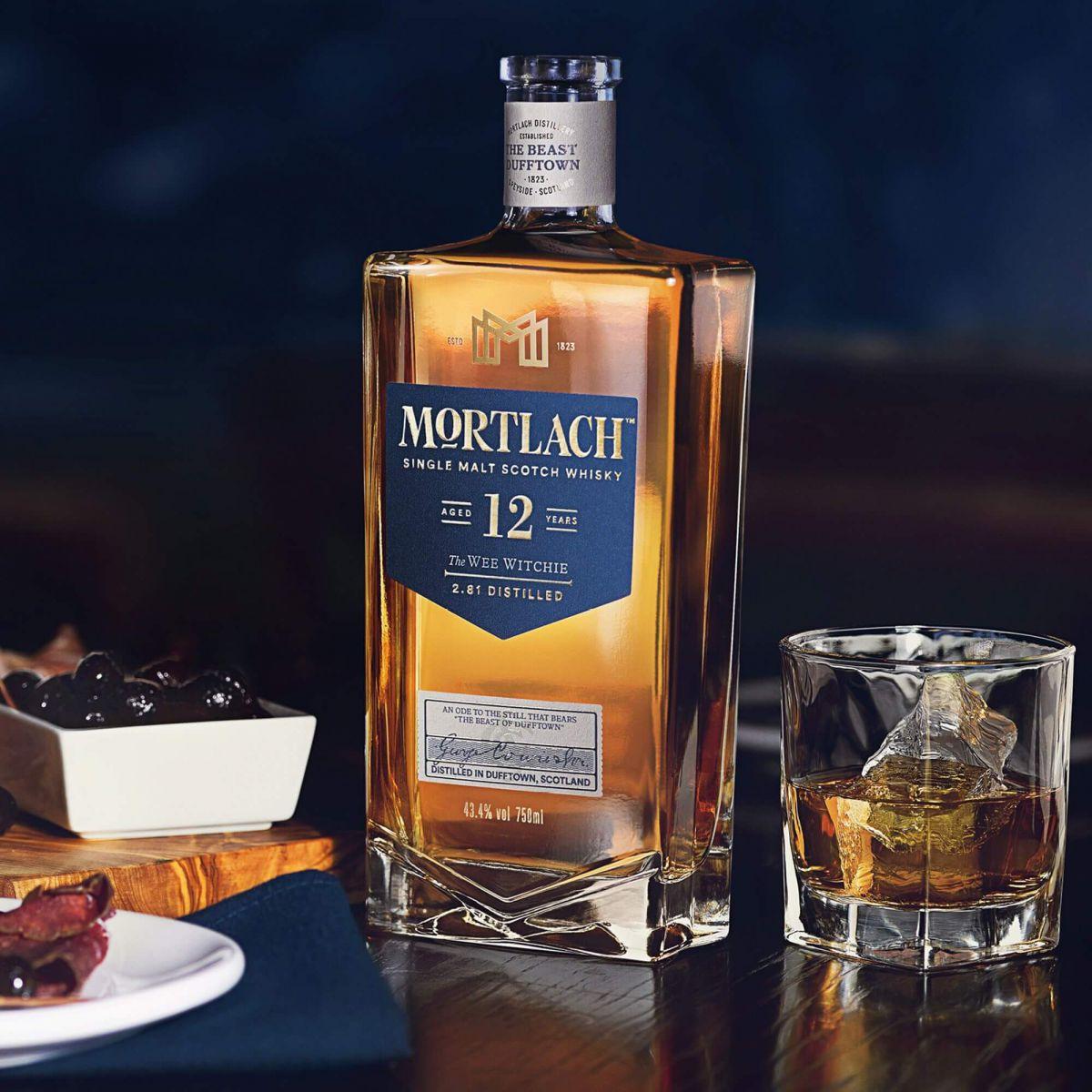 Hình 2. Mortlach 12 Năm 2022 được đóng chai thủy tinh với dung tích 700ml, nồng độ cồn 43.4% và công khai tuổi rượu 12 năm trên nhãn chai