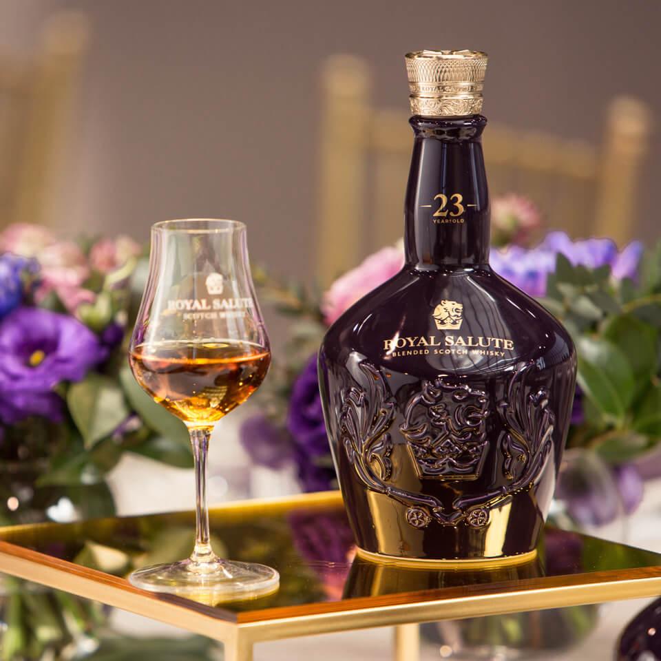 Hình 4. Uống từng ngụm nhỏ để cảm nhận hết các tầng hương vị của rượu