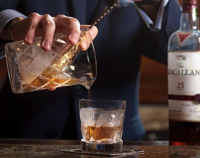 Có thể thưởng thức rượu Macallan nguyên bản hoặc uống kèm đá
