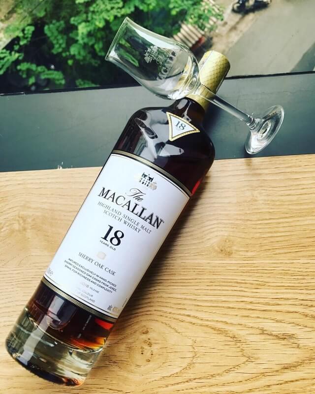 Macallan 18 năm tuổi có màu hổ phách trong veo và hương vị ấn tượng
