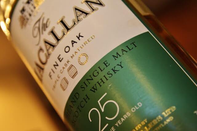 Macallan 25 năm tuổi có màu vàng nhạt, mang hương vị trái cây thanh khiết