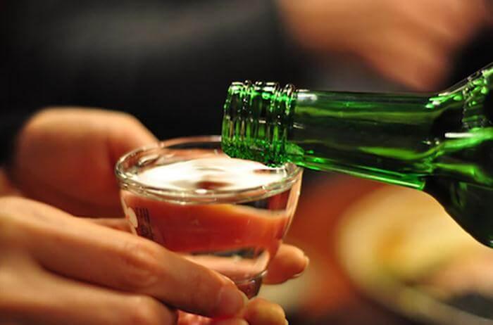 Cách uống rượu Soju đúng chuẩn