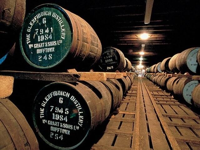 Whisky được ủ trong các thùng gỗ sồi từ Scotland