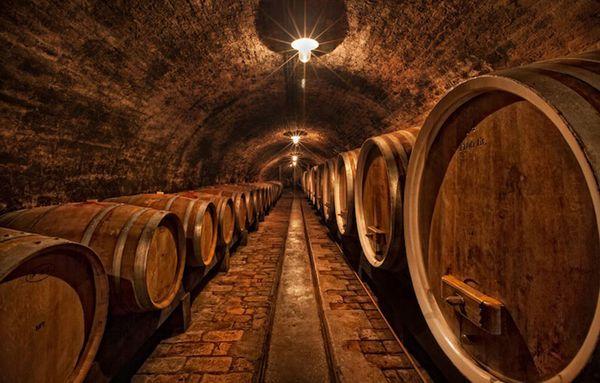 Rượu được ủ trong các thùng gỗ sồi bourbon và sherry