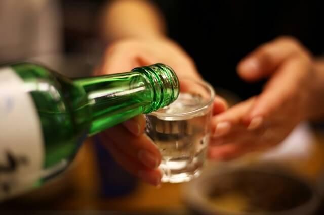 Nâng ly bằng ca hai tay khi được rót rượu cho