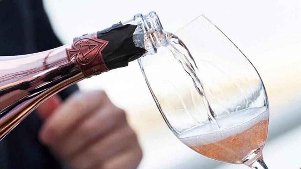 Rượu Bottega Rose hòa quyện giữa vị tươi mát của nho và chút nồng nàn của dâu dại, mang dư vị kéo dài đầy đê mê