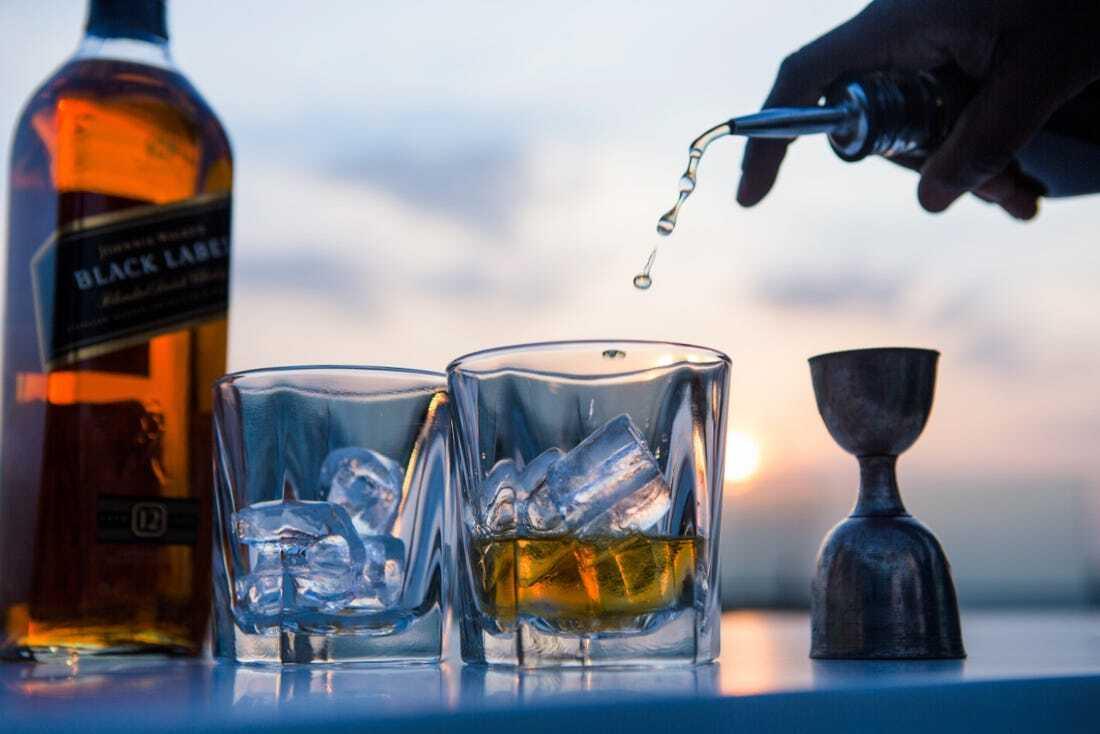 Hình 2. Thưởng thức rượu Johnnie Walker Black Label 12 với đá